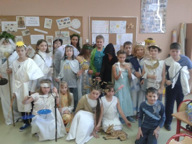 Bogowie z Olimpu na lekcji historii.