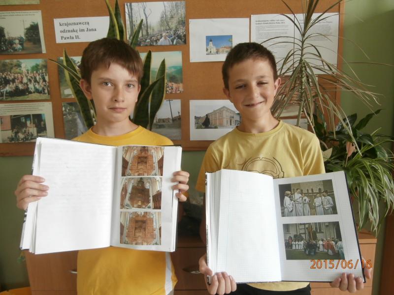 """W roku Jana Pawła II  nasi uczniowie przygotowali Kroniki do weryfikacji-""""ODZNAKA Jana Pawła II""""."""
