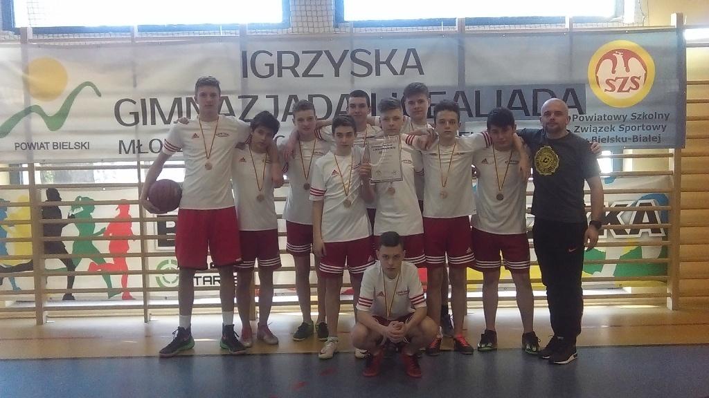 Chłopcy na trzecim stopniu podium Gimnazjady